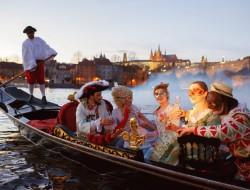 Venetian gondola karibu Charles Bridge | gondolier