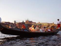 マスクを身に着けている人の乗客とのベネチアンゴンドラ|ゴンドラの船頭